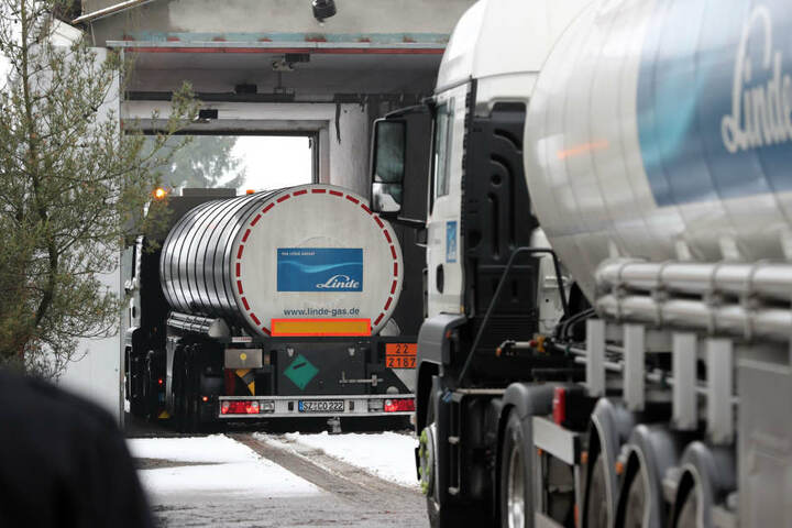 Mit einem Tanklaster waren die Diebe anscheinend an die Tankstelle gefahren. (Symbolbild)