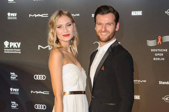 Carolin Niemczyk gemeinsam mit ihrem Bandkollegen, der ebenfalls ihr fester Freund ist, Daniel Grunenberg.