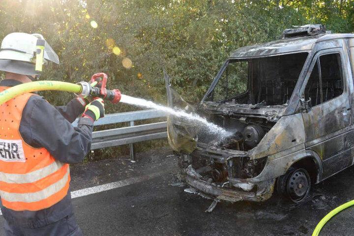 Trotz Löscharbeiten brannte der Transporter komplett aus.