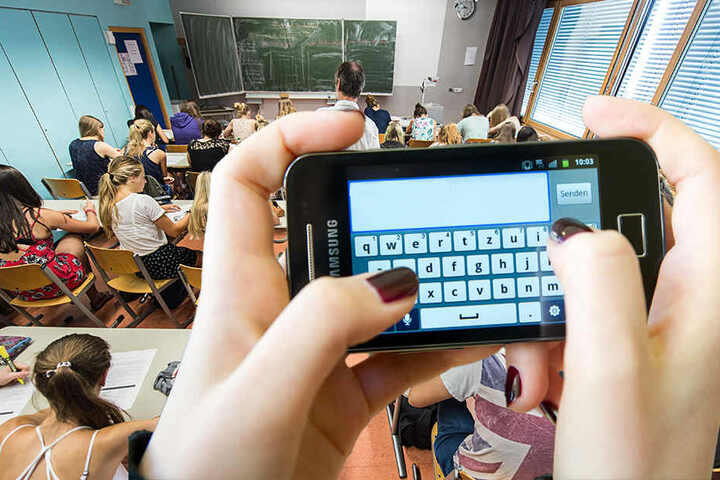 Noch sind Smartphones im Unterricht verboten, dass könnte sich in Thüringen bald ändern.