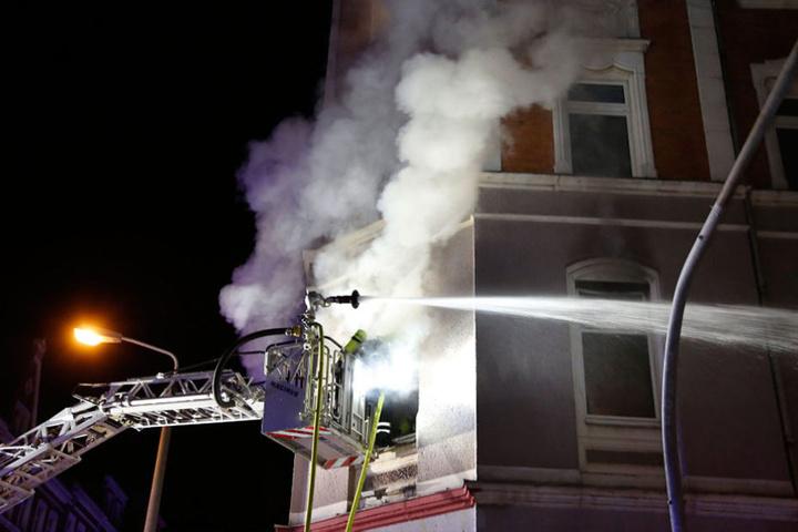 Das Feuer war in einer Wohnung in der ersten Etage eines Mehrfamilienhauses in der Fürstenstraße ausgebrochen und hatte sich sehr schnell ausgebreitet.