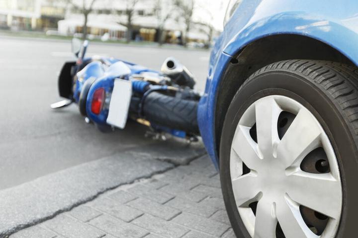 Ein VW-Fahrer hatte den Biker beim Abbiegen erfasst. (Symbolbild)