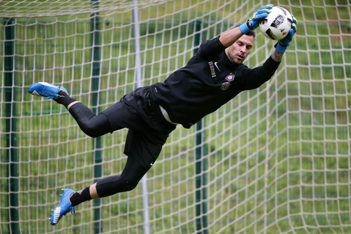 Flugeinlage von Daniel Haas bei seinem ersten Training mit dem FC Erzgebirge am Mittwoch.