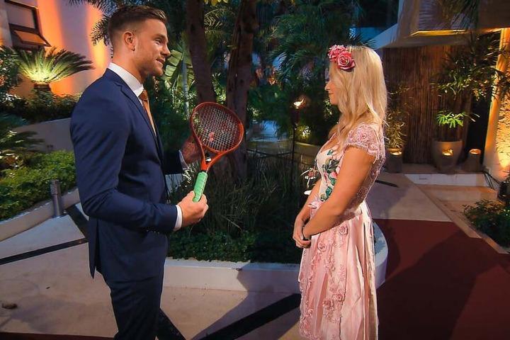 Einen Tennisschläger als Geschenk. Sowas bekommt der Bachelor bestimmt auch nicht alle Tage.