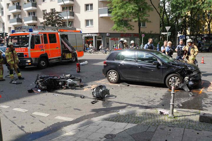 Das Motorrad wurde komplett zerstört. Der VW erlitt einen Frontalschaden. Aufgrund der enormen Wucht des Aufpralls wurden Fahrzeugteile mehrere Meter weit geschleudert.