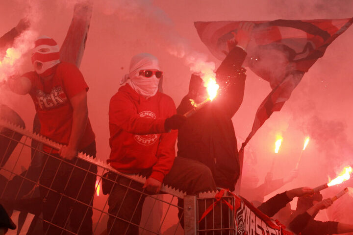 FCK-Fans zünden Pyrotechnik.