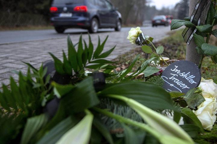 Angehörige haben im stillen Gedenken ein Gesteck aufgestellt.