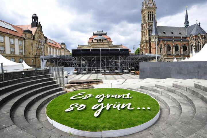 Große Tribüne, grüner Rasen: Für das Sommertheater wird richtig aufgefahren.