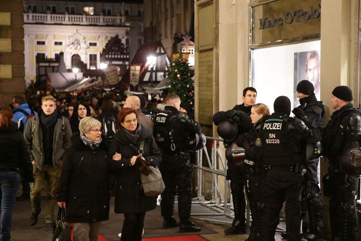 Uniformierte Polizisten sichern die Mädler-Passage ab, auf dem Weihnachtsmarkt direkt davor ist jeder dritte Besucher am Abend ein Zivilbeamter.