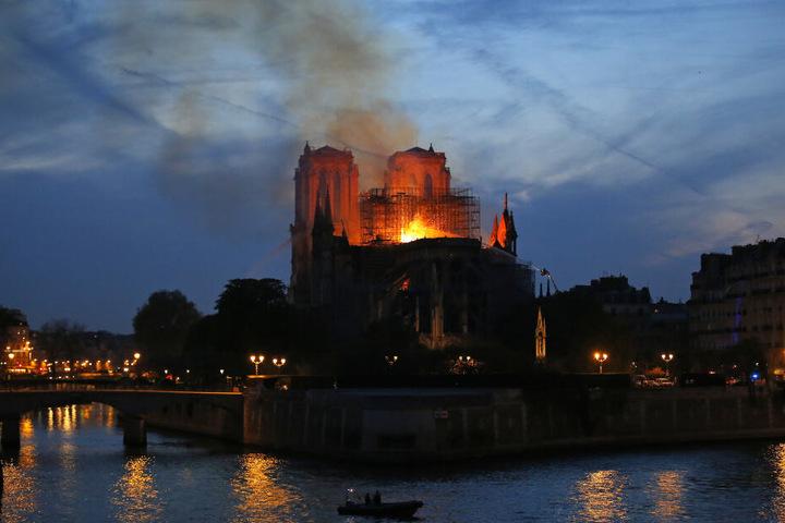 Feuerwehrleute versuchen, das Feuer in der Kathedrale Notre-Dame zu löschen.