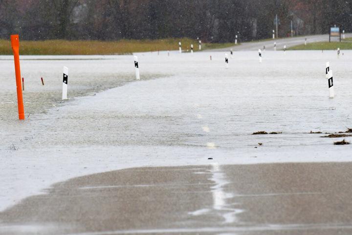 Nach Niederschlägen und der Schneeschmelze tritt die Wörnitz vielerorts über die Ufer.