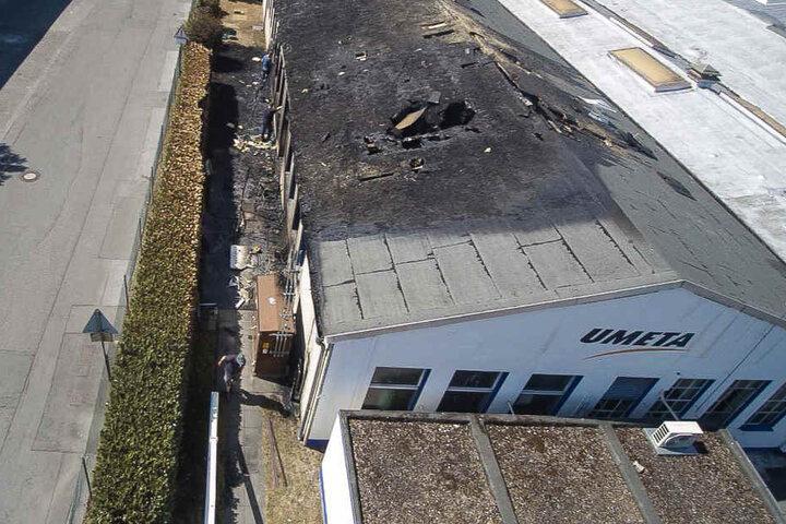 Das Dach der Produktionshalle wurde bei dem Feuer mächtig zerstört.