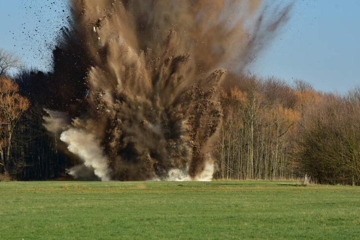 Bei der Explosion flogen Erde und Wasser über der Bombe in die Luft. Die Bombe war zuvor mit einem Wassertank abgesichert worden.