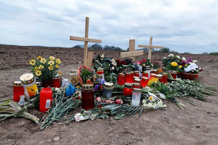 Freunde und Bekannte trauerten mit Kerzen und Blumen am Tatort.