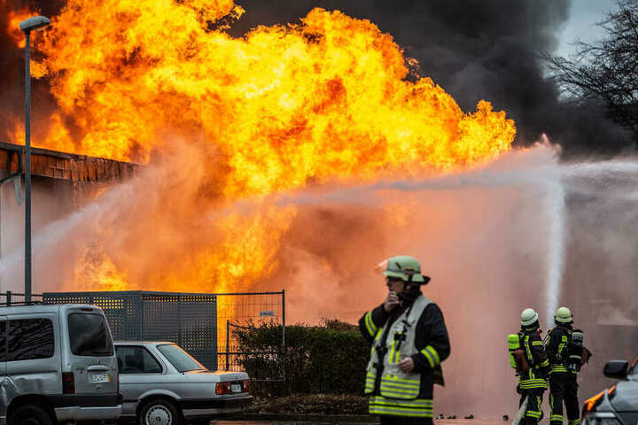 Die Feuerwehr musste gegen Riesenflammen ankämpfen.