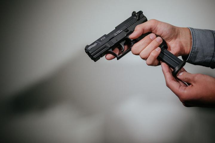 Die Polizei vermutet, das mit einer Schreckschusspistole geschossen wurde. (Symbolbild)