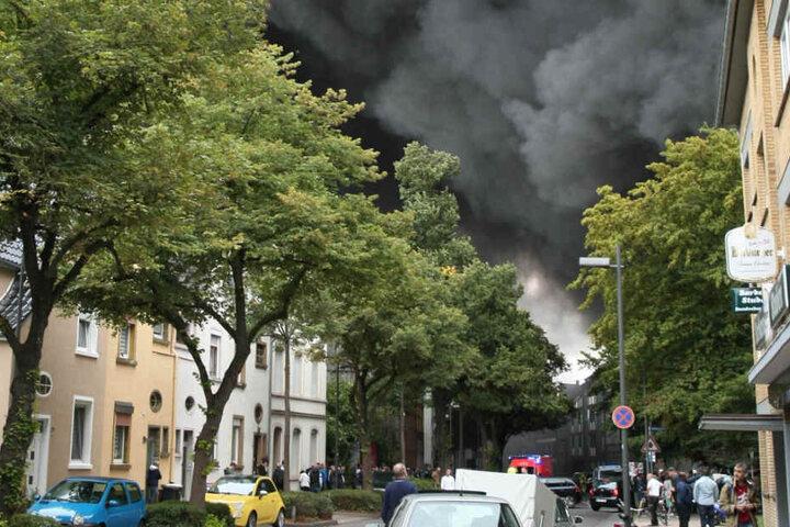 Dichter Rauch steigt aus einem Gewerbegebiet auf.