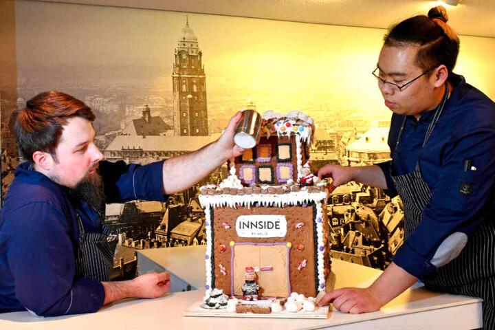 """Sehr modern: Dieses Pfefferkuchen-Hochhaus haben sich William Arnold (26, l.) und Hieu Hoang (19) vom """"Innside""""-Hotel ausgedacht."""