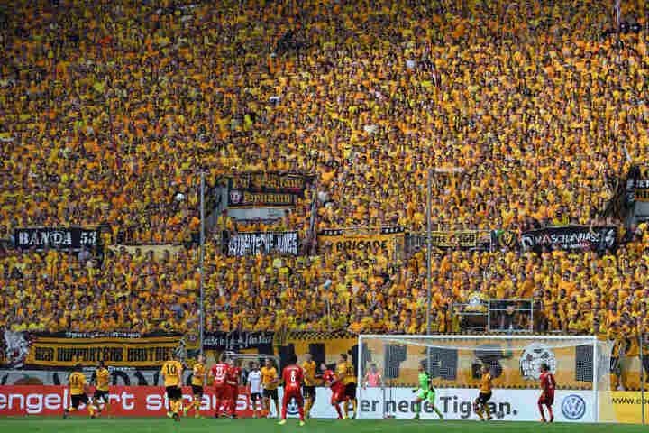 Rund um das Spiel blieb es friedlich. Die Dynamofans standen wie eine Wand hinter ihrem Verein.