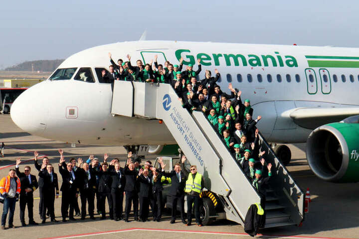 Letztes Abschiedsfoto: Mitarbeiterinnen und Mitarbeiter der insolventen Fluggesellschaft Germania haben sich für ein Abschiedsfoto am Airport Nürnberg zusammengefunden.
