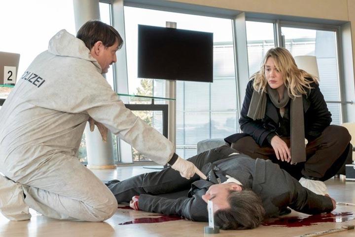 Gerichtsmediziner Lammer (Peter Trabner) und Kommissarin Sieland (Alwara  Höfels) an der unvermeidlichen Leiche.