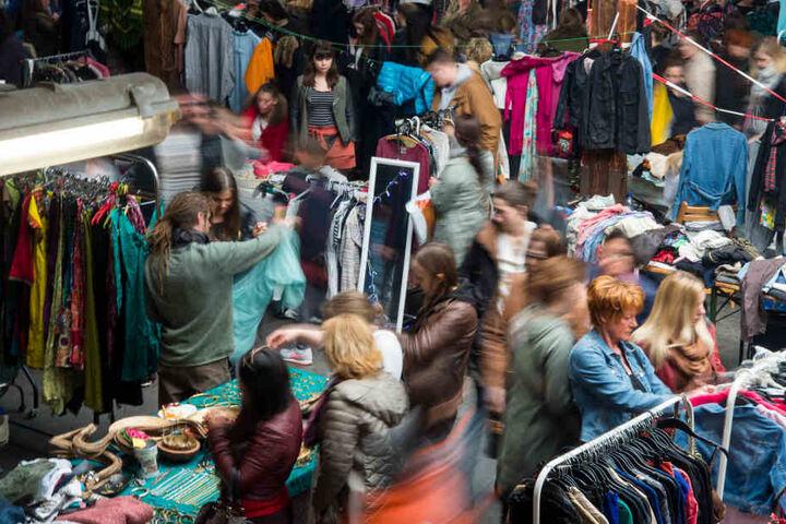 """Beim Mädelsflohmarkt """"Weiberkram"""" gibt's jede Menge coole Klamotten zu Schnapperpreisen."""
