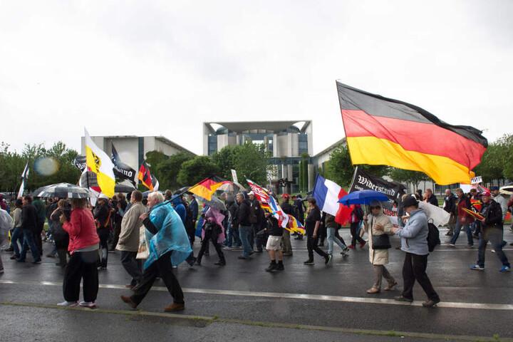Mit Fahnen ziehen am 01.07.2017 in Berlin die Teilnehmer einer rechten Demonstranten am Bundeskanzleramt vorbei.