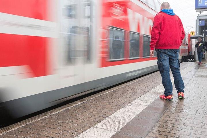 René J. (40) wurde auf dem Bahnsteig in das Gleisbett gestoßen.