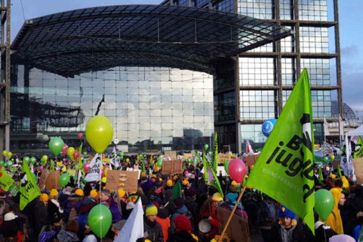 Die Demonstranten haben sich vorm Berliner Hauptbahnhof versammelt.