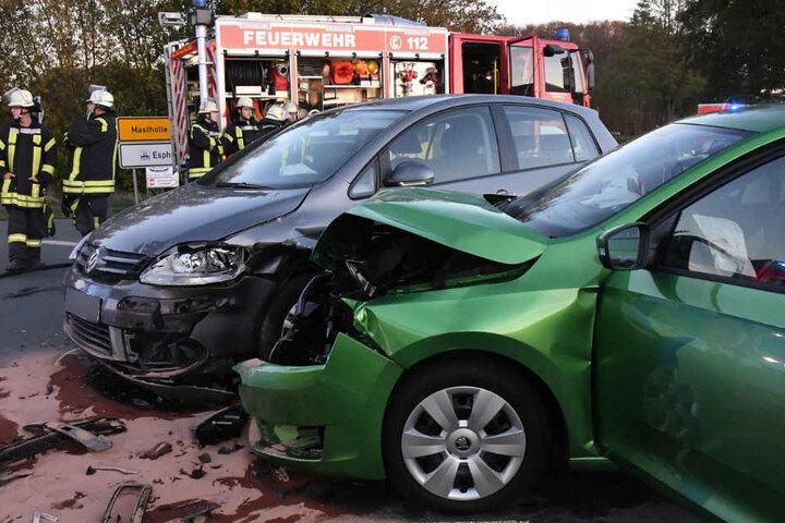 Frontal krachten beide Autos ineinander.
