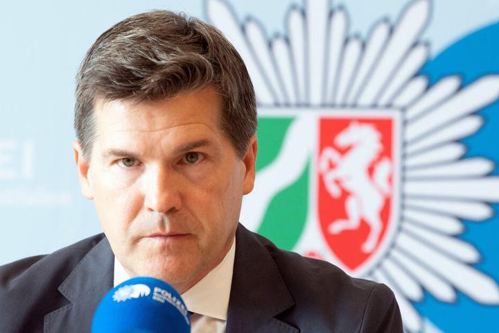 Ulrich Bremer, Oberstaatsanwalt, beantwortet bei einer Presskonferenz Fragen von Journalisten.