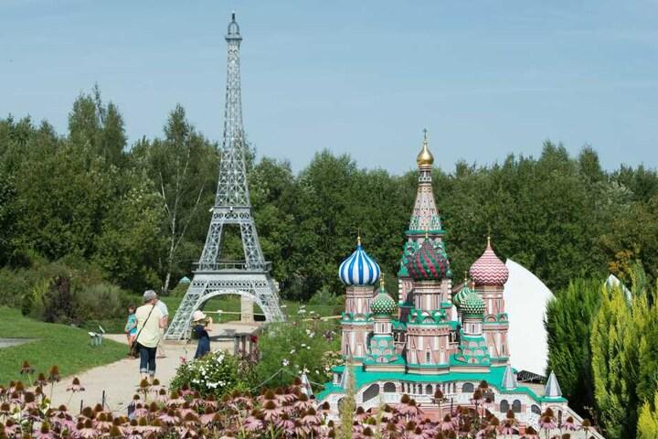 Modelle des Eiffelturms und der Basilius-Kathedrale im Maßstab 1:25.