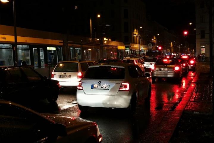 Rotlicht im Waldstraßenviertel! Wie hier an der Haltestelle Leibnizstraße ging es im Schneckentempo voran - wenn überhaupt.
