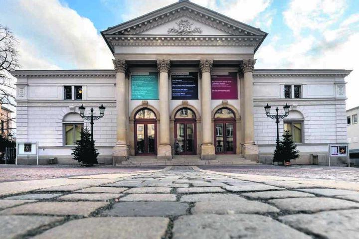 """Das Vogtlandtheater in Plauen such Muskelmänner für """"Den Besuch der alten Dame""""."""