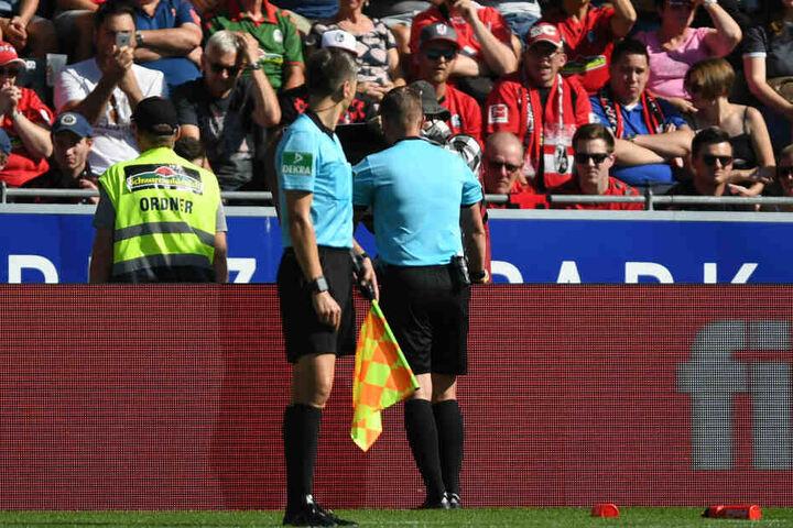Schiedsrichter Kampka guckte sich das vermeintliche Tor zum 1:0 für Köln an und nahm es dann wieder zurück (37.).