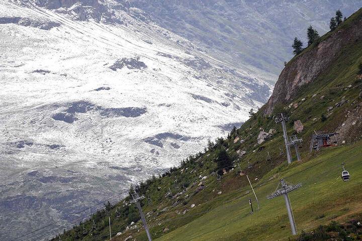 Schneebedeckte Berge bei der Abfahrt.