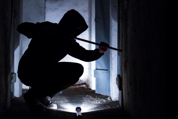 Der Täter hat die Frau offenbar in ihrem eigenen Haus bedroht und angeschossen. (Symbolbild)