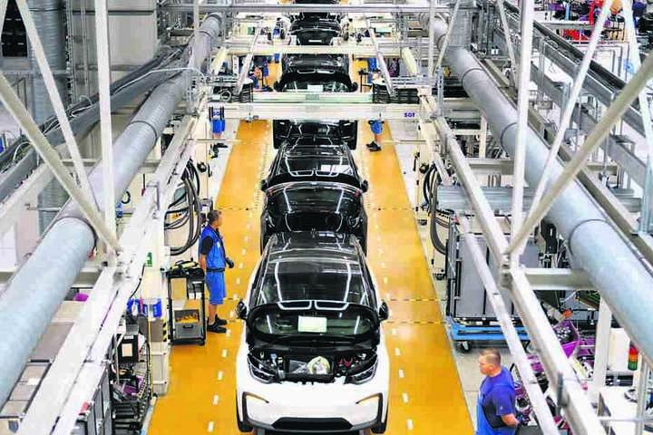 Blick auf die Fertigungslinie des Elektroautos i3 im Leipziger BMW-Werk. Doch E-Autos haben es auf dem Markt noch schwer.