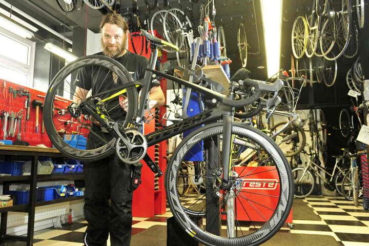 """Mechaniker Norbert Franke (39) bringt in der Werkstatt von """"Radschlag"""" alle Fahrräder in Ordnung."""