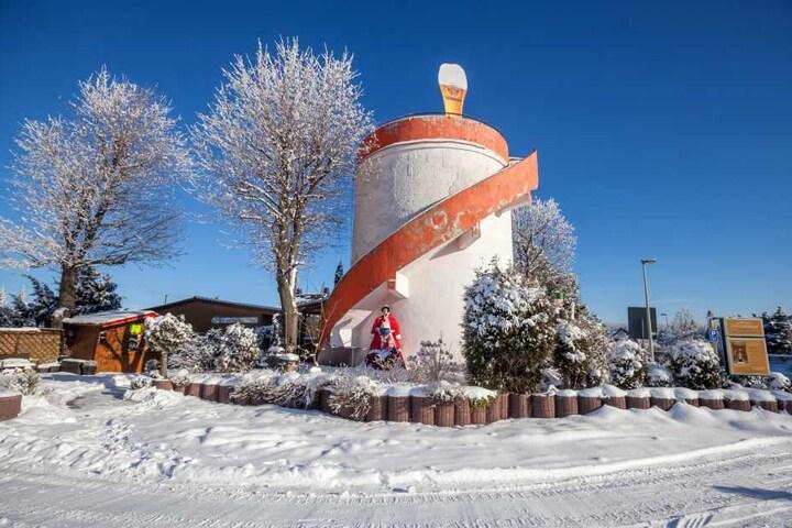 """Das Gasthaus """"Zum Sternblick"""" mit Wasserturm steht neben dem neu gebauten  Stadion und brummt besonders am Wochenende."""