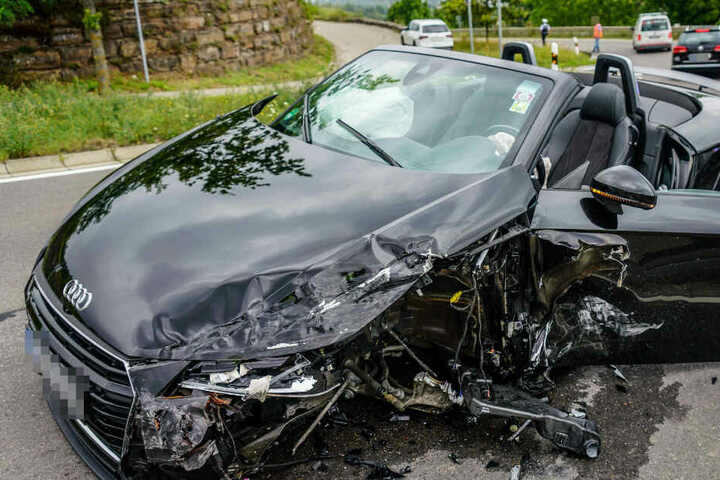 Der Fahrer des Audi TT war zu schnell unterwegs und krachte frontal in einen Mercedes.