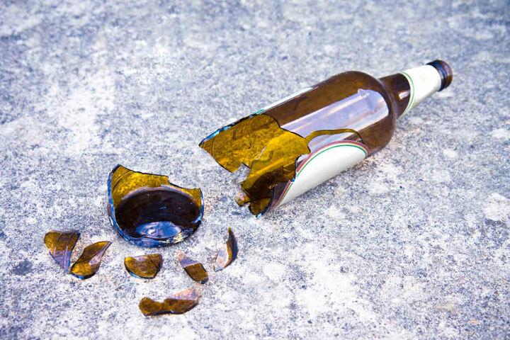 Der Täter soll mit einer abgebrochenen Glasflasche zugestochen haben (Symbolbild).