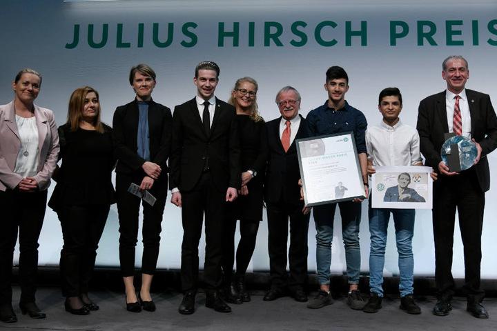 Freudig präsentieren die Vereinsmitglieder vom SC Aleviten Paderborn ihren Preis.