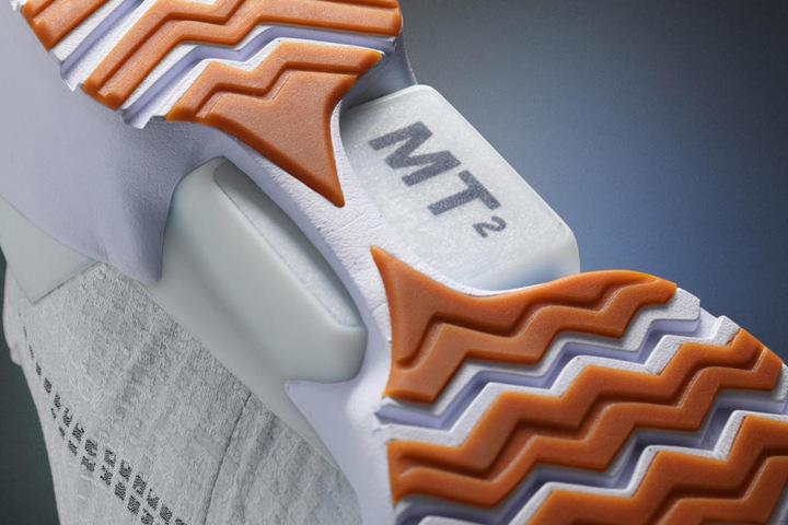 Mit zwei Tasten an der Seite können die Schnürsenkel enger oder lockerer gemacht werden.