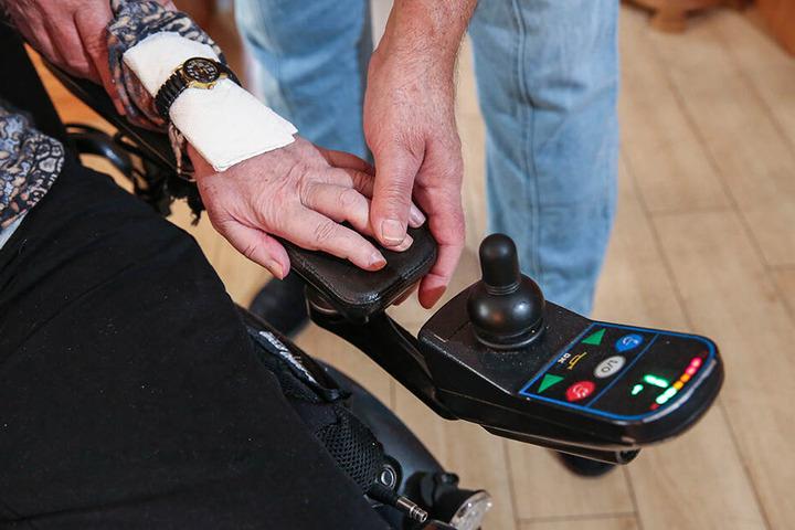 Den Joystick des Ersatz-Rollis kann die MS-kranke Dresdnerin mit ihrer Hand gar nicht erreichen.