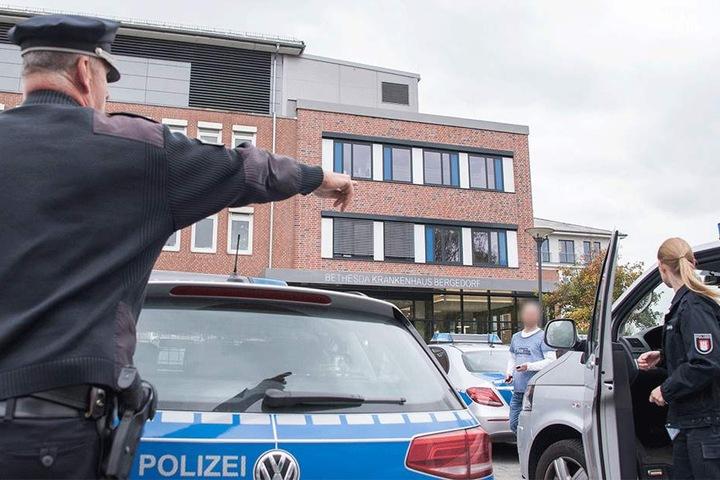 Polizeikräfte stehen am 04. Oktober vor dem Bethesda Krankenhaus in Hamburg-Bergedorf.