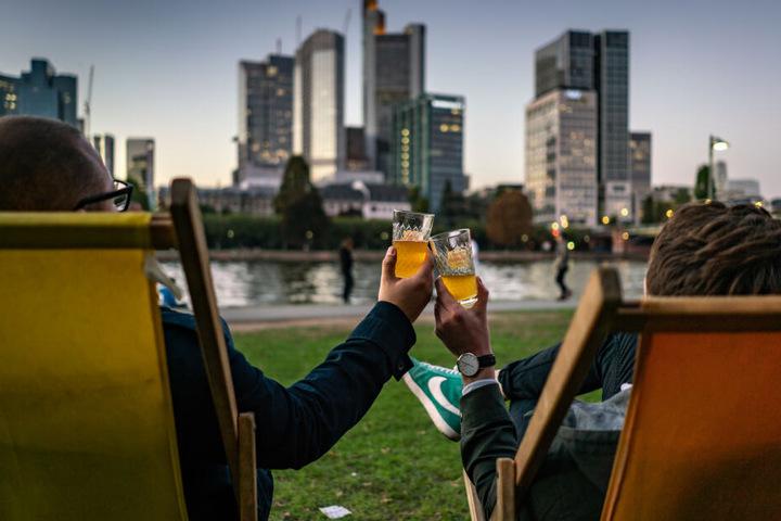 Cheers: 750.000 Einwohner genießen die Stadt Frankfurt.