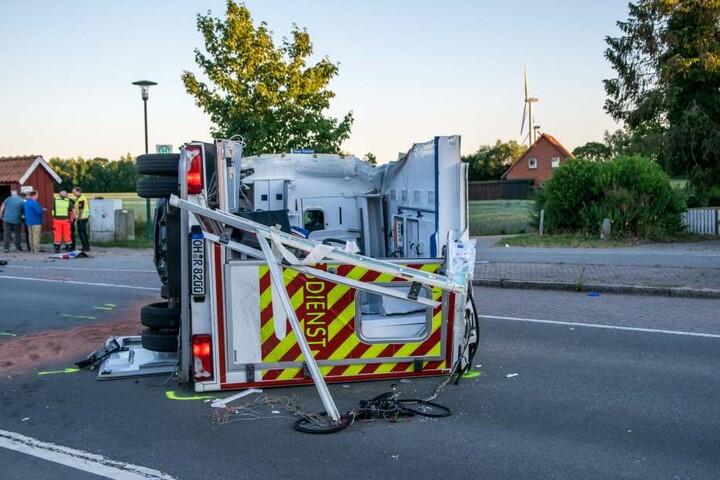 Der Rettungswagen kam auf der Seite zum Liegen.