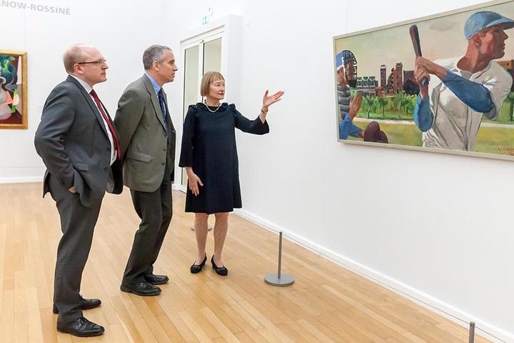 """US-Generalkonsul Scott R. Riedmann (51, M.) mit Bürgermeister Sven Schulze (44, SPD) und Generaldirektorin Ingrid Mössinger (74) vor dem Bild """"Baseball"""" von Alexander Deineka."""