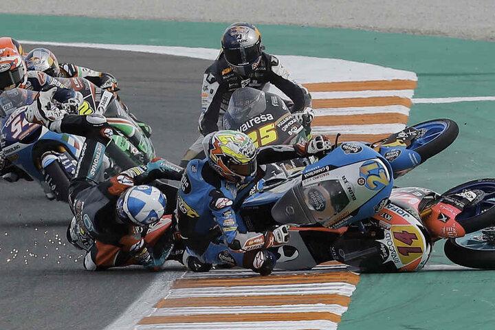Alonso Lopez (M), Moto3-Fahrer aus Spanien (M) und weitere Fahrer stürzen beim Grand Prix von Valencia.